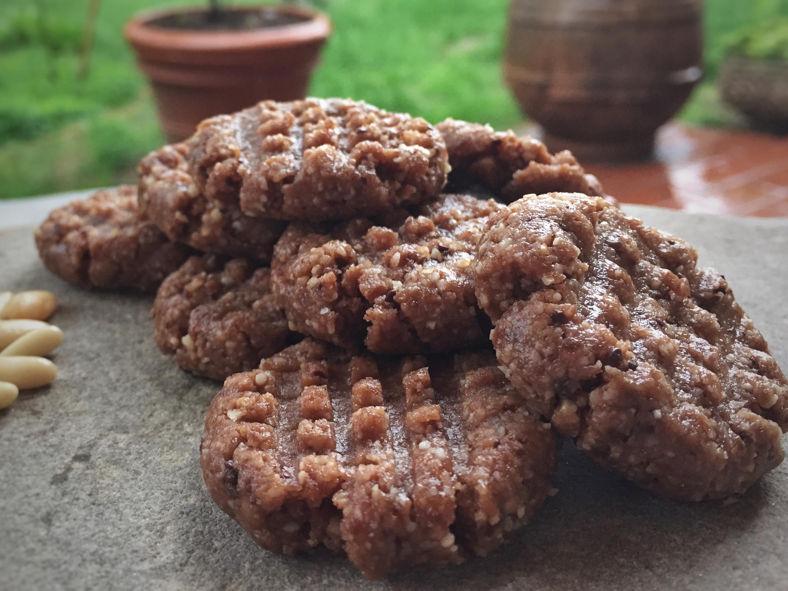 """Biscrudi"" di Pinoli e Cioccolato –  Biscotti Raw Vegan senza Essiccatore"