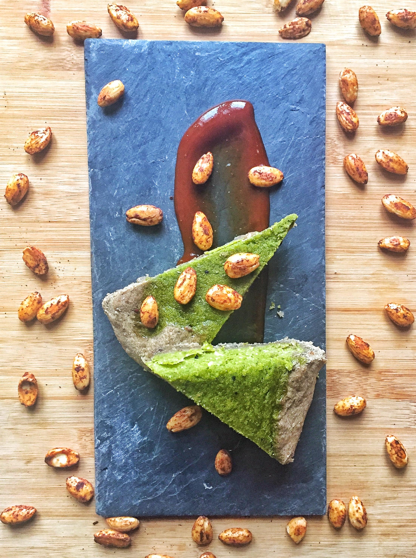 Torta Salata di Cavolo Kale e Mandorle ai Semi di Nigella – Vegan, Senza Glutine, Senza Grassi Aggiunti